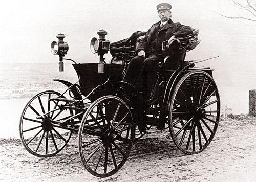 Carl Benz năm 1894 trên chiếc ô tô do ông chế tạo. Ảnh: DPA