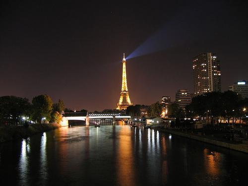 Tháp Eiffel và sông Seine về đêm. Ảnh: Wikipedia
