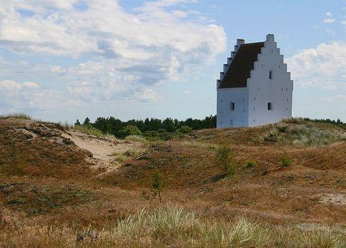 Ngôi nhà thờ chìm trong cát, biểu tượng của Skagen. Ảnh: Wikipedia.