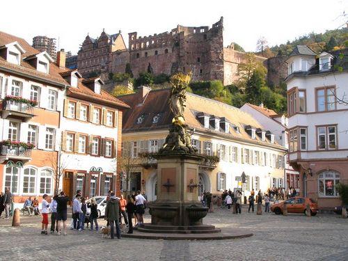 Quảng trường Kornmarkt, phía trên là Lâu đài Heidelberg. Ảnh: Phan Ba.