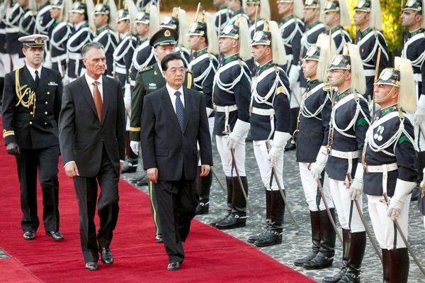 Hồ Cẩm Đào và tổng thống Cavaco Silva vào ngày 6 tháng 11 tại Lissabon: người Trung Quốc đã được mong đợi như những người cứu giúp. Ảnh. DPA.