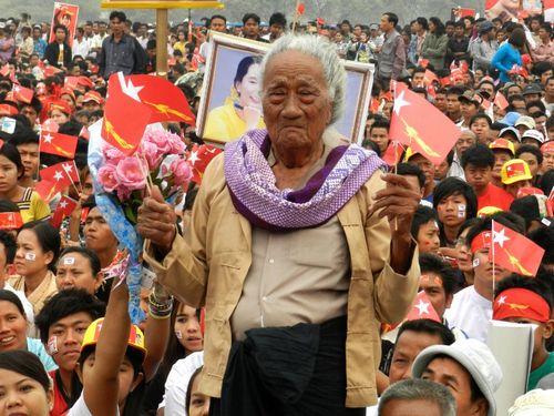 Một người ủng hộ Aung San Suu Kyi ở Mandalay