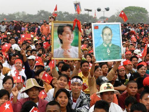 Chen chúc nhau trong Mandalay.