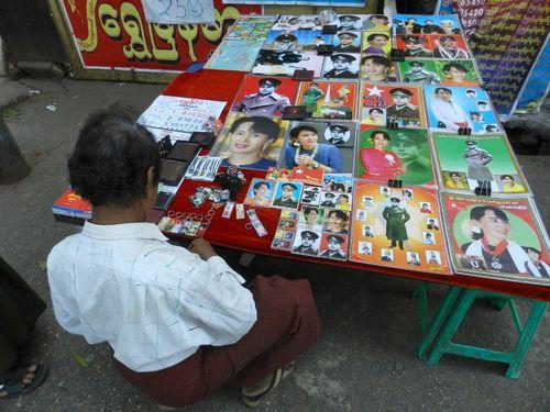 Một người bán hình ảnh của Suu Kyi  trên đường phố