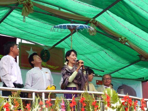 Aung San Suu Kyi trong sân vận động đầy người