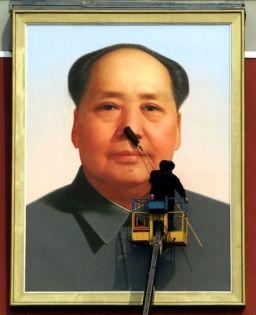 Vật chứng của một sự tôn sùng cá nhân ở khắp mọi nơi: bức chân dung nổi tiếng của Mao ở Thiên An Môn. Ảnh: Reuters.
