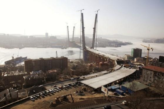 Xây cầu qua vịnh Sừng Vàng trong Vladivostok
