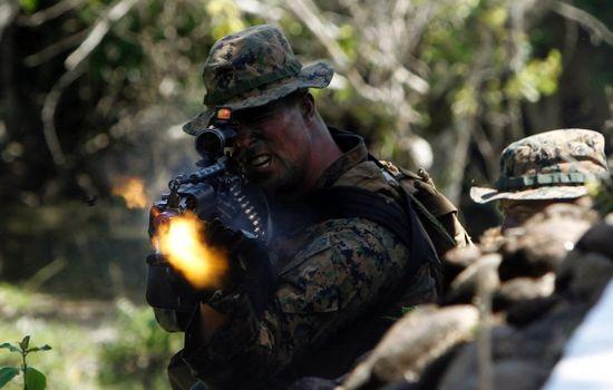 Một người lính Mỹ đang nổ súng. Kịch bản ngày một mang tính hiện thực nhiều hơn. Ảnh: Reuters.