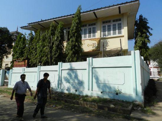 Đối diện với tu viện tồi tàn của Panda Vam Sa là một ngôi nhà mới, vừa được quét vôi. Một tu viện nhà nước với 55 nhà sư. Panda Vam Sa cho rằng mình đang bị họ theo dõi. Ảnh: Ruth Fend