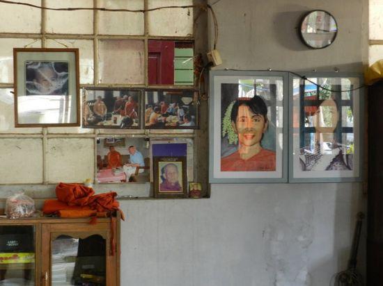 Ảnh của Aung San Suu Kyi được treo trong gian phòng khách. Ảnh: Ruth Fend