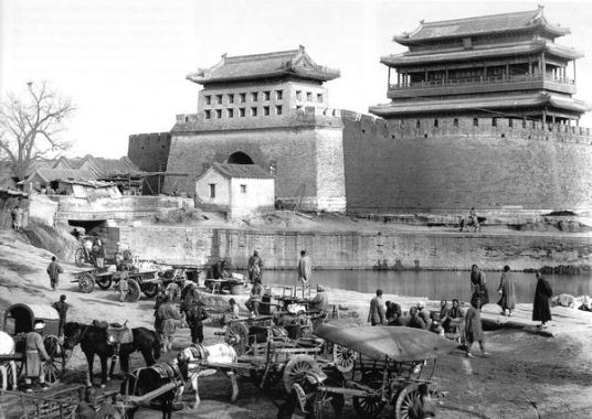 """Bốn vòng tường thành đồ sộ bao bọc lấy trái tim của thủ đô Bắc Kinh. Ở phía Nam là cổng thành mang tên """"Vĩnh Định Môn"""". Ảnh: GEO EPOCHE"""