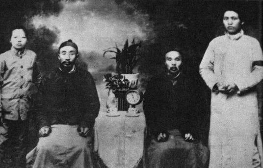 Bức ảnh gia đình này được chụp ngay sau khi người mẹ qua đời: Mao, bác, cha và em (từ phải sang trái). Ảnh: GEO EPOCHE