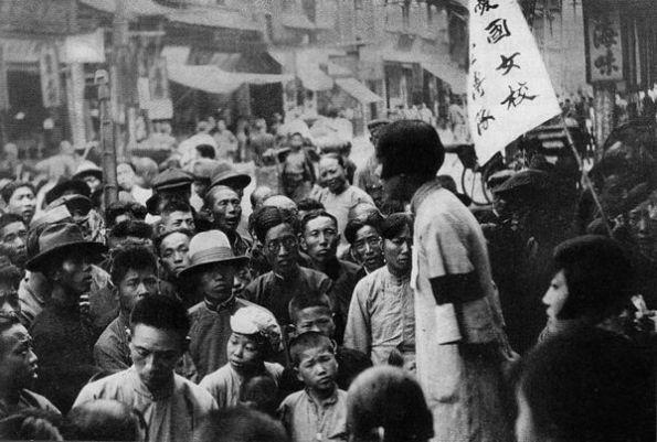 """Học sinh của """"Trường nữ sinh yêu nước"""" đang tuyên truyền cho những người Cộng sản"""