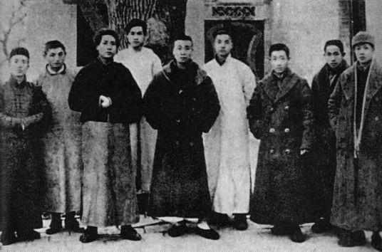 Năm 1920, Mao (thứ ba từ trái sang) cùng với một phái đoàn từ Hồ Nam về Bắc Kinh để phản đối một tư lệnh quân đội chuyên quyền ở địa phương. Ảnh: GEO EPOCHE