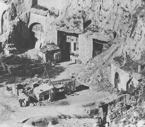 Nhà trong hang động