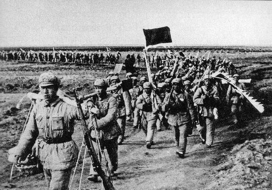 Năm 1948, chiến cuộc bắt đầu thay đổi, từ bây giờ trở đi không còn có thể ngăn chận Hồng Quân tiến quân được nữa – ở đây là một đơn vị đang trên đường tiến về Bắc Kinh. Ảnh: GEO EPOCHE