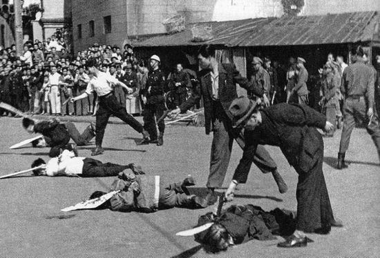 Chế độ của Tưởng cố ngăn chận một cách dã man không cho người dân chạy đến với người Cộng sản: năm 1948, địch thủ bị bắt ở Thượng Hải bị hành quyết công khai trên đường phố bằng cách bắn vào đầu. Ảnh: GEO EPOCHE