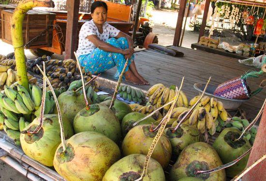 Người bán hàng ở chợ trong Yangon