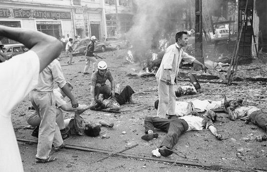 Bom nổ trước Đại sứ quán Hoa Kỳ ở Sài Gòn vào ngày 30 tháng 3 năm 1965. Ảnh: AP/Horst Faas