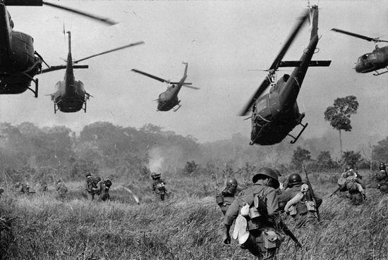 Máy bay trực thăng Mỹ bắn bảo vệ cho quân lính Na, Việt Nam tấn công. Ảnh: AP Photo/Horst Faas
