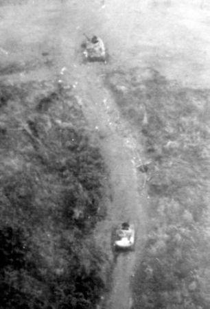 Xe tăng PT-76 bị Không quân Hoa Kỳ phá hủy ở Lang Vei, tháng 2 1968