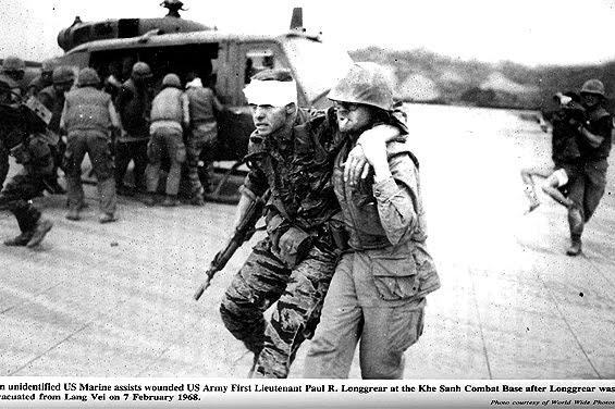 Trung úy Paul Longgrear được sơ tán về Khe Sanh từ Lang Vei