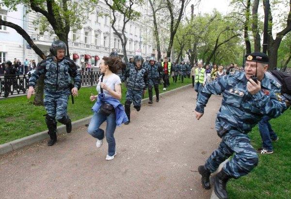 Cảnh sát chống bạo động đuổi theo những người ủng hộ phe đối lập trong một cuộc phản đối không cho phép