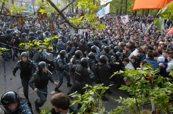 Cảnh sát chống bạo động xô xát với người biểu tình trong cuộc biểu tình phản đối của giới đối lập