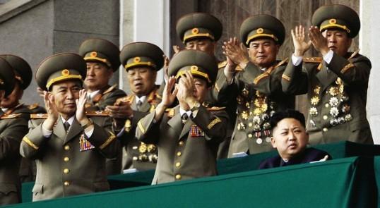 Lãnh tụ Kim Jong Un, giới quân đội trong lúc duyệt binh kỷ niệm 100 năm ngày sinh người ông của ông ấy