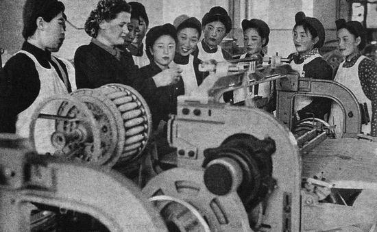Để hỗ trợ cho sự tăng trưởng kinh tế Trung Quốc, Liên bang Xô viết đã gửi chuyên gia đến. Bức ảnh này chụp một nữ chuyên gia Xô viết với các nữ nhân công của một nhà máy dệt. Ảnh: GEO EPOCHE