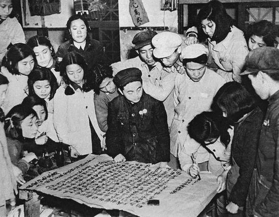 Năm 1950, công nhân hứa với Mao trong một bức thư rằng họ sẵn sàng sản xuất nhiều hàng hóa hơn nữa trong nhà máy của họ. Ảnh: GEO EPOCHE