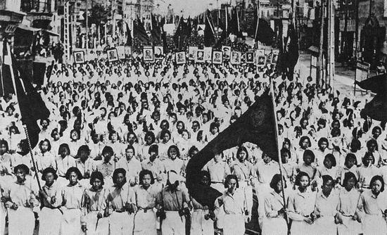 Chế độ lợi dụng lòng nhiệt tình của giới trẻ: như vào ngày 1 tháng 19 năm 1950, kỷ niệm ngày lập nước, sinh viên đã diễu hành trên đường phố Bắc Kinh. Ảnh: GEO EPOCHE