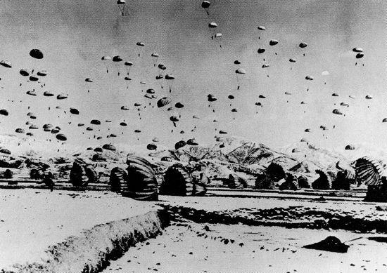 Lính Mỹ nhảy dù xuống gần biên giới với Trung Quốc trong mùa Thu 1950. Ảnh: GEO EPOCHE