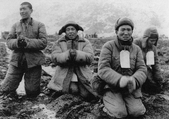 Mãi sau hai tháng chiến tranh chống quân đội của Mao, lực lượng LHQ mới lại giành được ưu thế: tù binh Trung Quốc ở mặt trận đang xin tha mạng sống vào cuối tháng 1 năm 1951. Ảnh: GEO EPOCHE