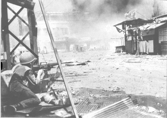 Một người lính của QLVNCH đang nhắm bắn các vị trí của Việt Cộng ở Chợ Lớn trong cuộc tấn công Tết Mậu Thân