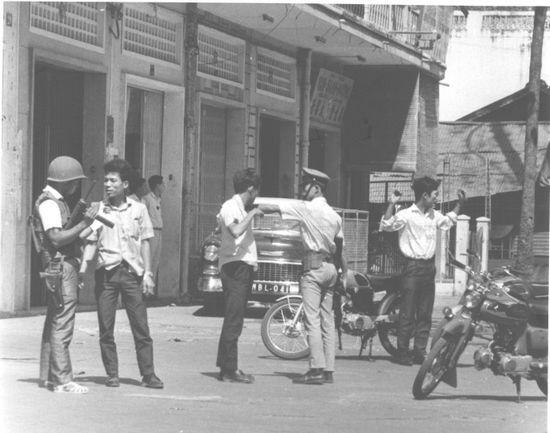 Cảnh sát Quốc gia VNCH kiểm tra nam thanh niên Việt Nam trong Tết Mậu Thân. Ảnh: Vietnam Center and Archive