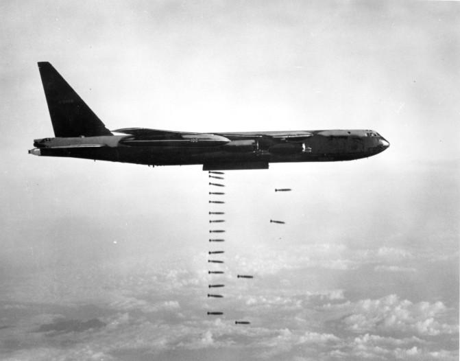 Máy bay B-52 đang ném bom. Ảnh: The Vietnam Center and Archive