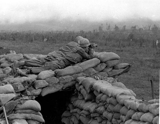 Lính Thủy Quân Lục Chiến Hoa Kỳ cố phát hiện vị trí súng cối của quân đội Bắc Việt tại Khe Sanh. Ảnh: The Vietnam Center and Archive