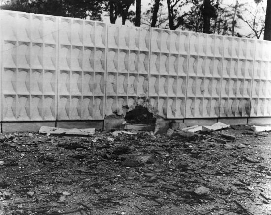 Lỗ trên tường mà biệt đội Việt Cộng đã thông qua đó để tấn công Đại sứ quán Hoa Kỳ