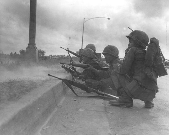 Thành viên của tiểu đoàn 30 Biệt Động Quân QLVNCH duy trì liên lạc vô tuyến trong lúc đang di chuyển chống Việt Cộng gần Sài Gòn vào lúc Tết. Ngày 31 tháng 1 năm 1968. Ảnh: The Vietnam Center and Archive