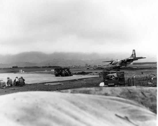 Lính TQLC đang chờ máy bay vận tải C-123