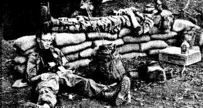 Phóng viên Việt Nam trong lúc ngưng tiếng súng: ký giả Al Webb của UPI (trái) và nhiếp ảnh gia John Schneider. Ảnh: Der Spiegel.