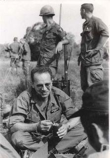 Bernhard Fall đang ăn trưa cùng với những người lính của quân đội Mỹ. Ảnh: Wikipedia.