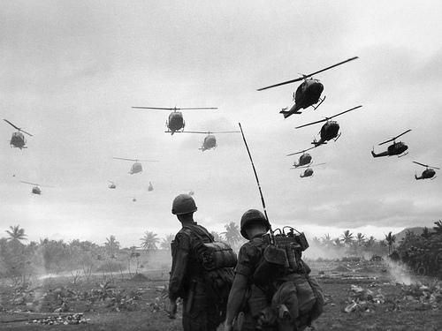 Máy bay của Sư đoàn 1 Không Kỵ trong một chiến dịch tìm và diệt ở Bồng Sơn và An Lào. Ảnh: Patrick Christain / Getty Images