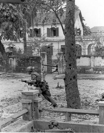 Lính TQLC Mỹ trên đường phố Huế trong Mậu Thân 68