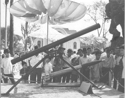 Tên lửa 122 mm và ống phóng do Liên Xô chế tạo đang được trưng bày trước nhà Quốc Hội của Nam Việt Nam. Ảnh: Vietnam Center and Archive.