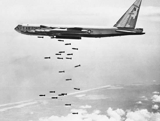 Máy bay B-52 ném bom vùng bờ biển Bắc Việt Nam