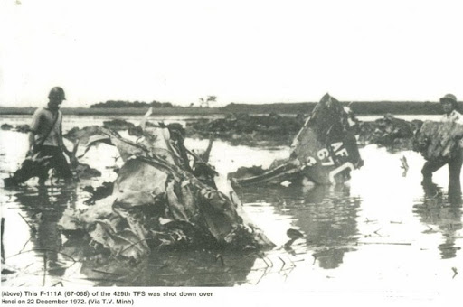 Một chiếc F-111A bị bắn rơi trên Bắc Việt Nam trong chiến dịch Linebacker II