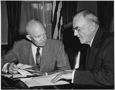 Tổng thống Eisenhower và John Foster Dulles năm 1956
