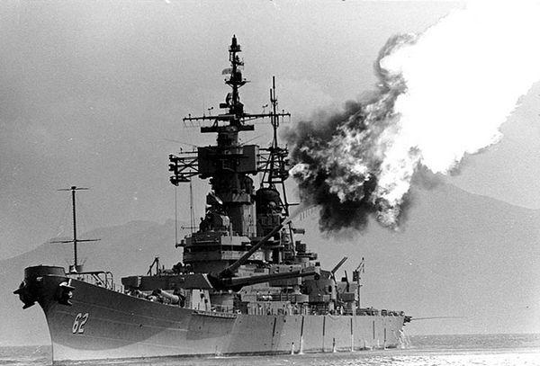 USS New Jersey đang bắn phá các mục tiêu quân địch ở bờ biển miền Trung Việt Nam, cuối tháng 3 năm 1969